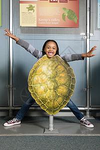 站在凯姆斯里德利海龟壳后面的女孩图片