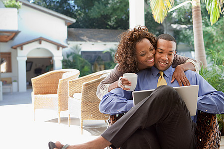 带笔记本的年轻夫妇图片
