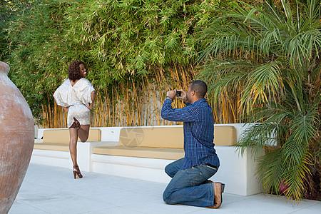 女朋友摆姿势照相的男人图片