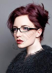 戴眼镜穿毛绒大衣的女人图片