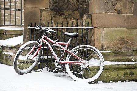 自行车靠在石墙上克图片