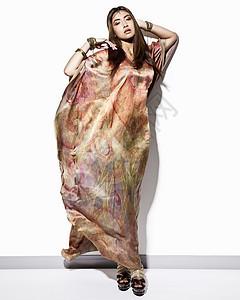 穿卡夫坦裙的年轻女子画像图片
