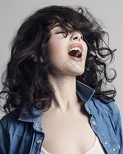 一位年轻女子乱发的画像图片