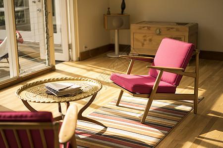 带红色扶手椅和咖啡桌的日光浴室图片