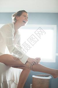 穿袜子大笑的女性图片