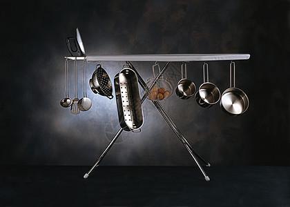挂起的厨房用具图片