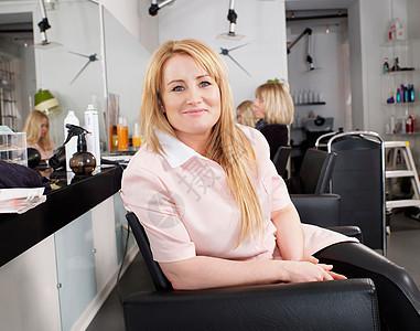 美女理发师肖像图片