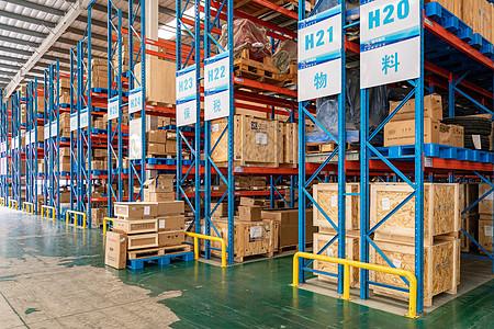 仓库里的大型货架图片