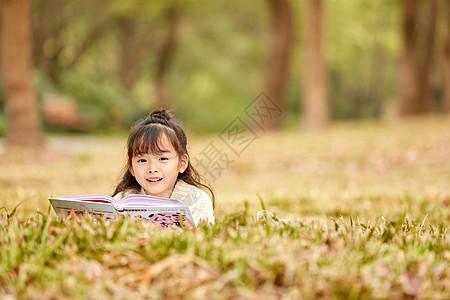 小女孩户外阅读图片