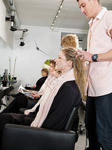 理发店理发的顾客图片
