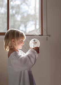 玩雪球的女孩图片