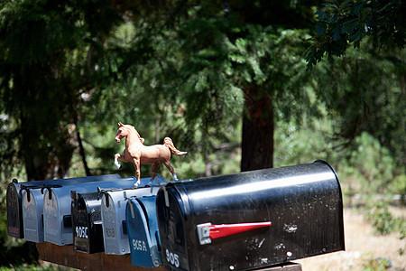 带塑料马俑的乡村邮筒图片