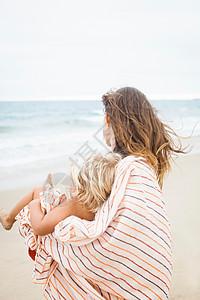 用条纹毛巾包裹的母子后视图图片
