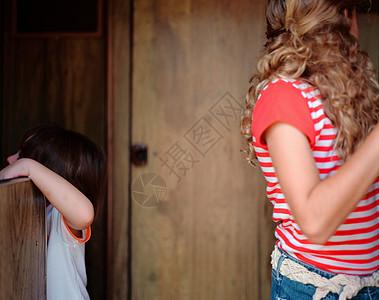 两姐妹在露营车里玩图片