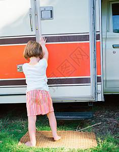 关闭露营车车门的女孩图片