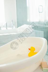浴缸里漂浮的橡皮鸭图片
