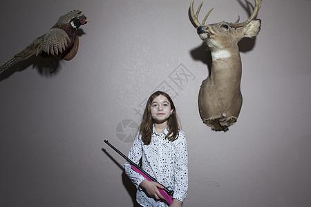 拿着粉红猎枪的女孩的家庭画像图片