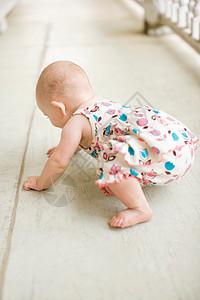 小女孩想站在地毯上图片