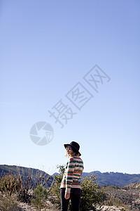 美国加利福尼亚州洛杉矶Chilao营地戴帽子的年轻女子图片