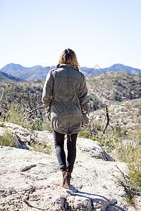 美国加利福尼亚州洛杉矶Chilao营地年轻女子仰望山脉图片