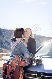 美国加利福尼亚州奇劳露营地汽车前拥吻的情侣图片