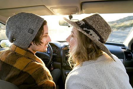 汽车内对视的情侣图片