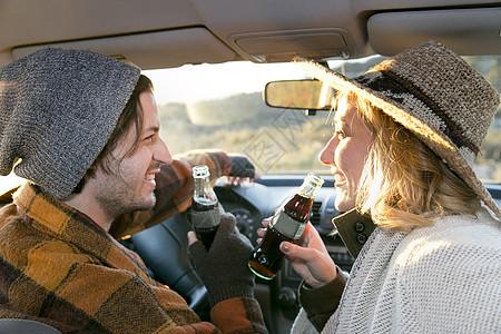 车内和饮料的情侣图片