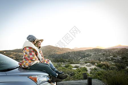 情侣坐在车上图片