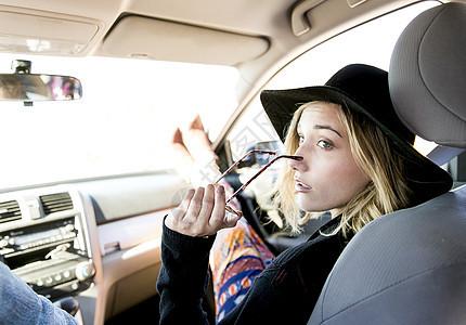 坐在副驾驶的女性图片
