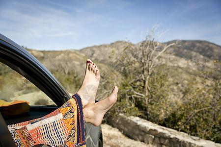 女性车窗前脚部特写图片