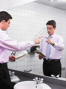 在办公室镜子里练习演讲的人图片