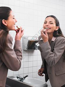 办公室镜子里的女人图片
