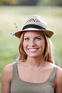 戴花帽的年轻女子图片