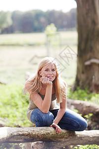 坐在大自然中的年轻女子图片