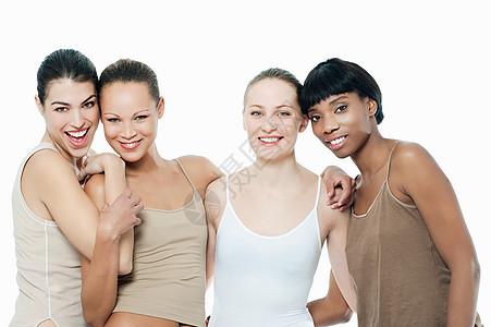四个快乐的年轻女人在一起图片