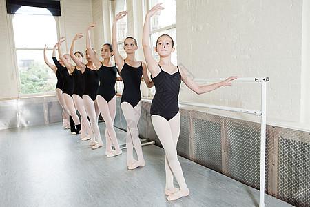 芭蕾舞演员在扶手杆上练习图片