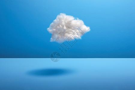 蓝色背景下的棉球云图片