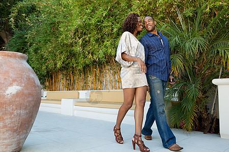 年轻夫妇走在露台上图片