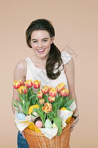 有花篮和复活节彩蛋的女人图片