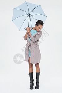 拿着伞俯视的年轻女子图片