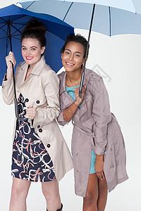 雨伞下的年轻女性图片