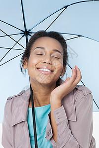 带伞的快乐年轻女子图片