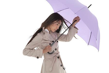 风中带伞的女人图片
