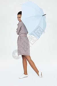 带伞的年轻女子图片