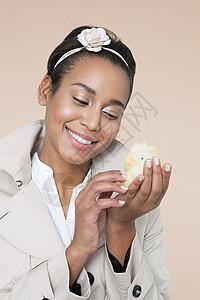 带复活节小鸡的年轻女子图片