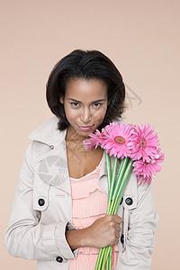 粉红花朵的年轻女子图片