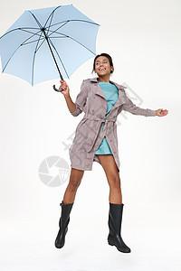 拿伞跳伞的年轻女子图片