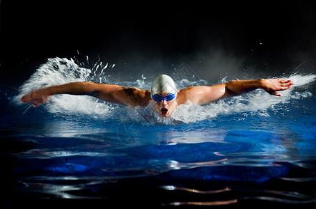 游泳池里游泳的年轻人图片