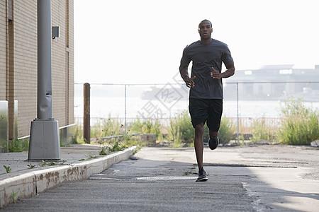 布鲁克林的男跑步者图片