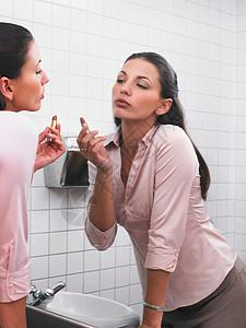 办公室卫生间镜子上的女人化妆图片